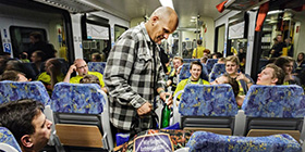 Flaschensammler Eduard Lüning in einem Regionalzug
