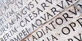 Lateinische Inschrift auf einer Steinmauer in Rom