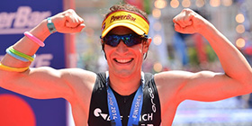 Sebastian Kienle reckt die Arme beim Sieg beim europäischen Ironman Frankfurt. Der größere Triumph auf Hawaii folgte einige Wochen später auf Hawaii