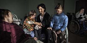Freiwilliger Paul mit Heim mit Behinderten in St. Petesrburg